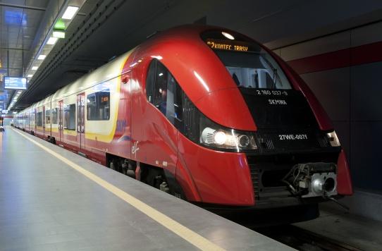 pociąg SKM na podziemnej stacji Warszawa Lotnisko Chopina
