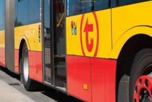 Zdjęcie boku autobusu z widocznym logo WTP
