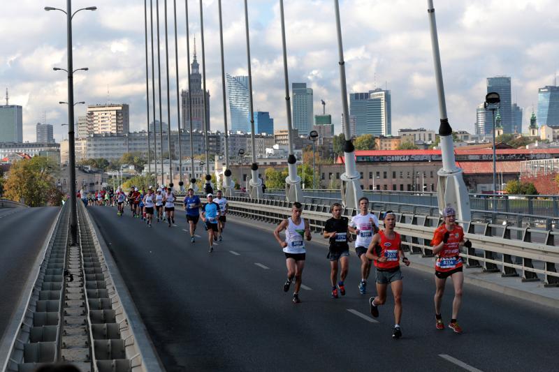 zdjęcia biegaczy na moście