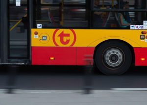 zdjęcie boku autobusu z logotypem WTP