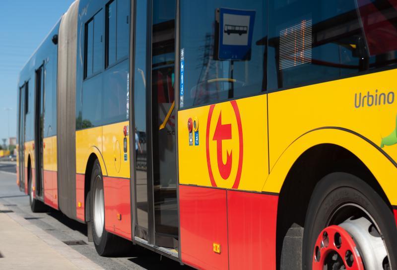 zdjęcie boku autobusu z logo WTP