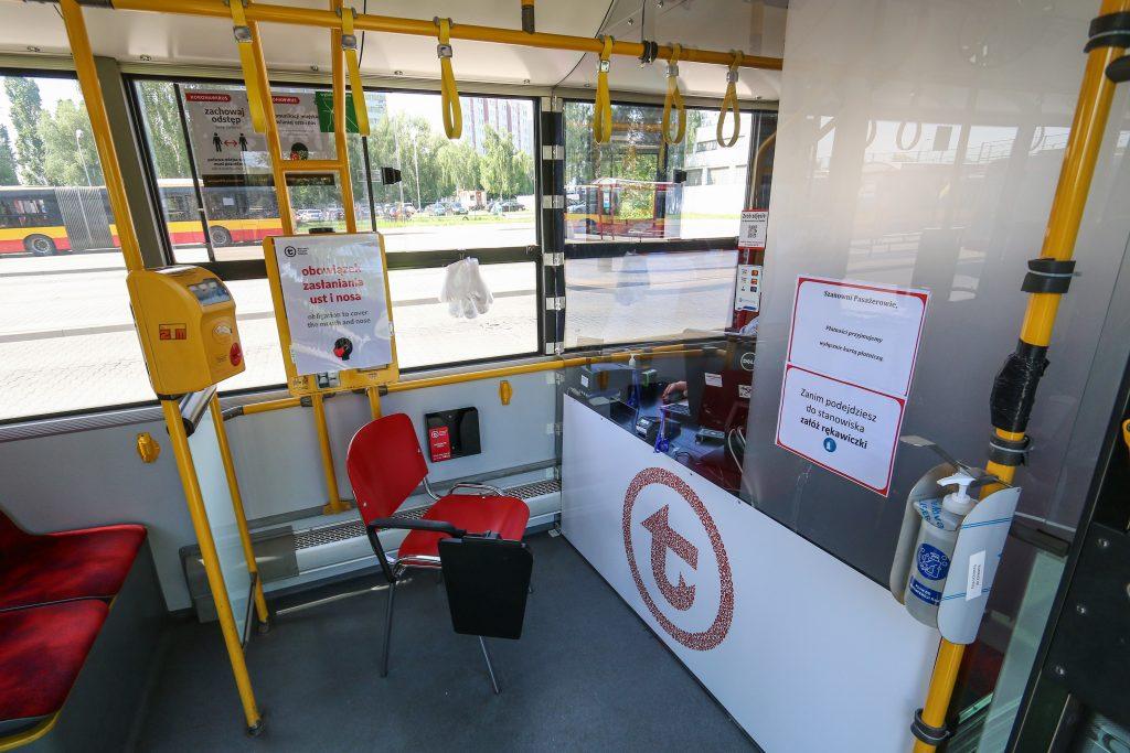 zdjęcie wnętrza mobilnego punktu obsługi pasażerów
