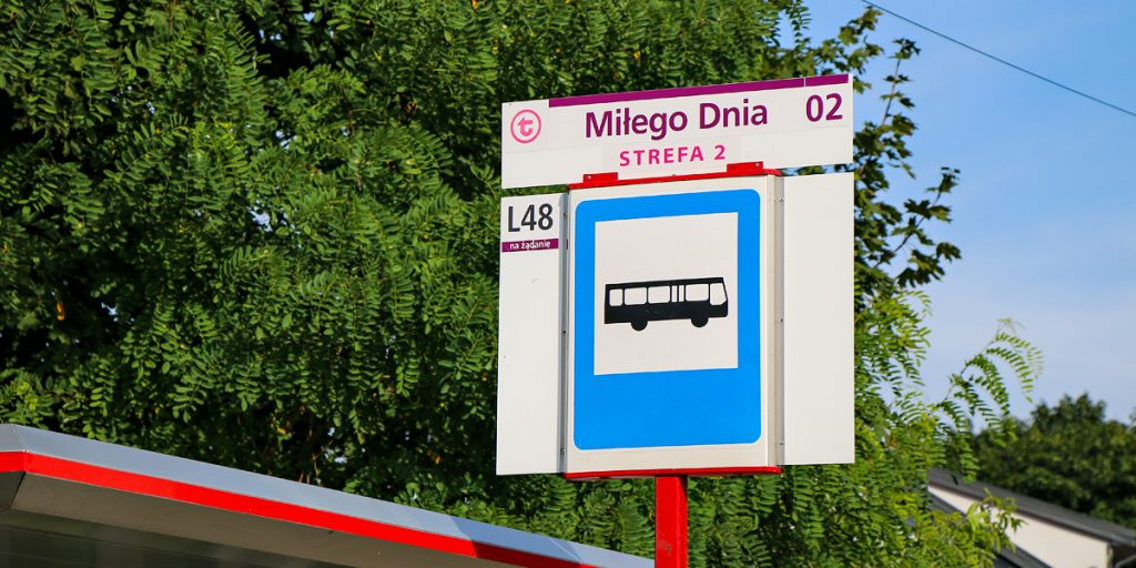 A bus stop sign, which includes a large sign with a bus road sign, the WTP logo, the name of the stop, the number of the stand and the numbers of lines that stop there. Border stops or stops in zone 2 have additional information of this type.
