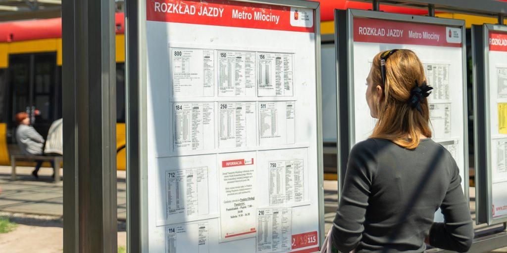 kobieta czytająca rozkłady jazdy