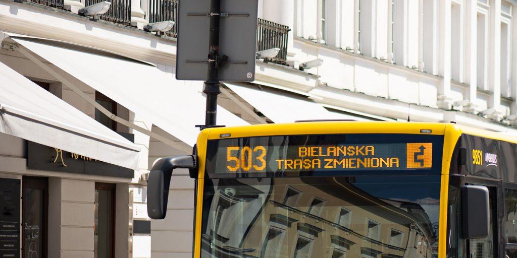 przykład wyświetlacza z przodu autobusu, który zawiera numer linii, nazwę krańca, do którego zmierza oraz informację i piktogram trasy zmienionej