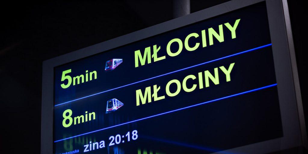 wyświetlacz peronowy wskazujący za ile minut przyjedzie najbliższy pociąg metra, jego rodzaj oraz kierunek, w którym podąża