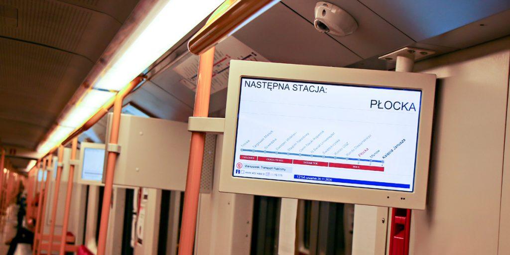 ekran informacji pasażerskiej w nowym wagonie metra wyświetla informacje o trasie, takie jak wykaz przystanków, nazwy obecnej i następnej stacji oraz aktualną datę