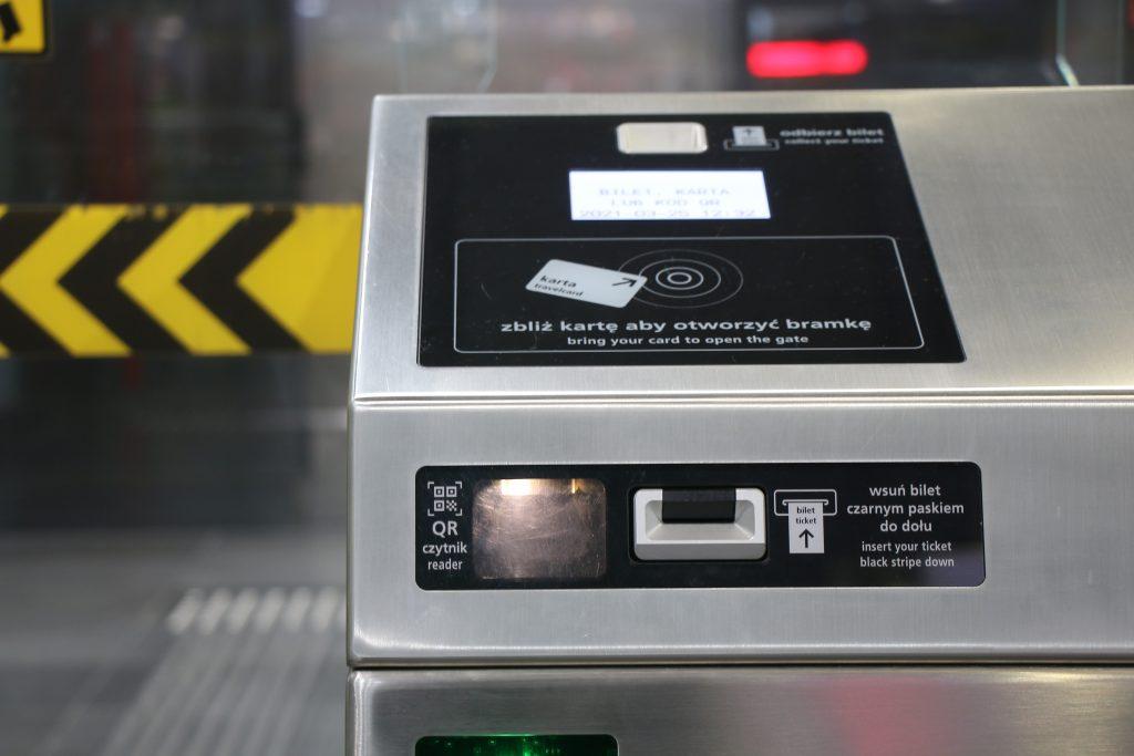 zdjęcie bramki metra z zainstalowanym czytnikiem kodów QR
