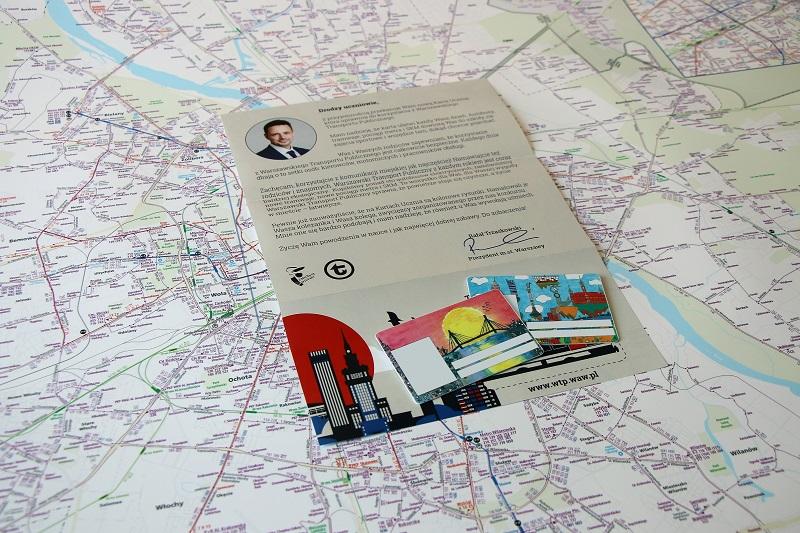zdjęecie kart ucznia na tle komunikacyjnej mapy warszawy
