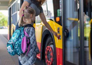 zdjęcie dziecka wchodzącego do autobusu komunikacji miejskiej